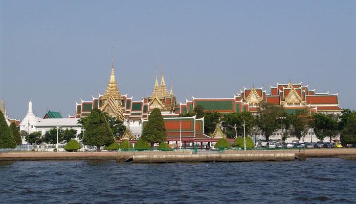Blick auf Palast und Tempel vom Chao-Phraya-Fluss