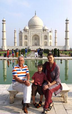 Sie starb 1631 bei der Geburt des vierzehnten Kindes im Alter von 39 Jahren. Auf dem Totenbett wünschte sie sich von Ihrem Mann ein Grabmal, wie es die Welt zuvor noch nie gesehen hat. Daraufhin ließ der Großmogul das Taj Mahal erbauen.