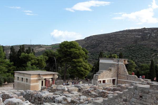 Die Hauptattraktion der Insel ist der minoische Palast von Knossos als fantasievolle Rekonstruktion. Der Komplex des Herrschaftszentrums bestand aus ca. 1400 Räumen und entstand in der Zeit zwischen 2000 und 1450 v. Chr.