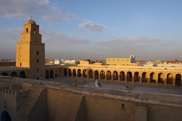 Sie gehört architektonisch zum Typ der Hofmoschee und gilt als frühestes Beispiel des T-Typs (Betsaal mit gegenüber stehendem Minarett) in der Moscheearchitektur