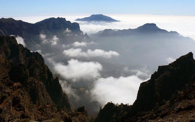 während die Caldera de Taburiente und der Pico Bejenado bereits von einem Wolkensaum umgeben sind