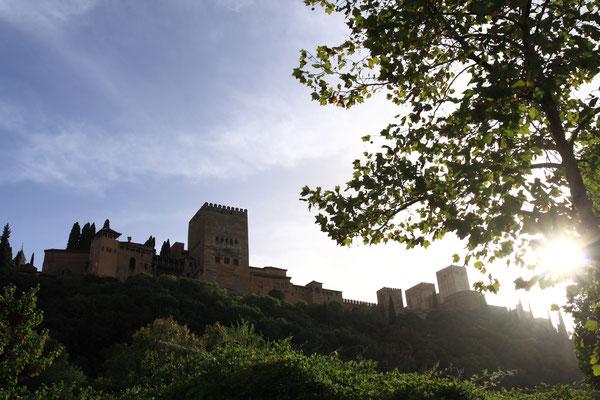 Residenz der maurischen Könige (Nasriden), ein wundervoller Palast, wo sich Architektur und Natur vereinen und ein wunderbares Paradies schafft. Paläste, Gärten, Springbrunnen, Türme, Mauern wunderschön vereint