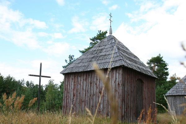 Kleine historische Kirche auf dem Land
