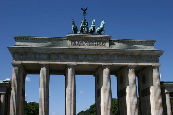 Das Brandenburger Tor in Berlin steht am Pariser Platz. Es wurde in den Jahren von 1788 bis 1791 auf Anweisung des preußischen Königs Friedrich Wilhelm II. errichtet und ist das bekannteste Wahrzeichen der Stadt