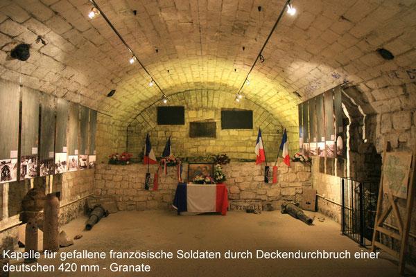 hinter der Mauer die nicht identifizierbaren Toten nach Volltreffer einer 420 mm - Granate