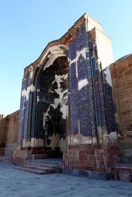 Hauptsehenswürdigkeit von Tabriz: die Blaue Moschee. Ihren Namen erhielt sie wegen ihrer strahlend blauen Fliesenmosaikverzierung am Eingangsiwan, welche durch schwere Zerstörung durch Erdbeben nur noch teilweise vorhanden ist.