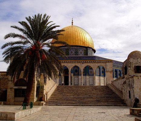 Der Felsendom, erbaut von Kalif Abd el Malik Ende des 7. Jhdts., dessen harmonische Gestaltung eine sagenhafte Eleganz ausstrahlt. Der Felsendom ist keine Moschee, sondern ein Schrein, aber ältester Sakralbau des Islam.