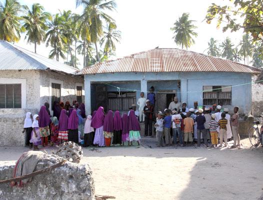 Auch eine Koranschule gibt es im Dorf. Wir haben eine strenge Auslegung des Islam nicht erlebt, aber sowohl auf der Insel als auch auf dem tansanischen Festland mehren sich Vorfälle von religiös motivierter Gewalt mit Brandanschläge und Hasspredigten.