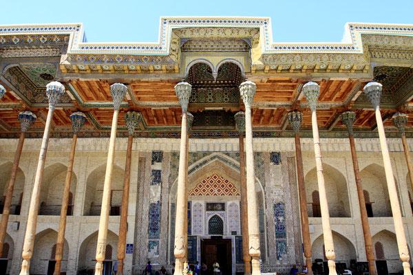 Dem Ark gegenüber befindet sich die Bolo-Hauz-Moschee mit ihren ausladenden Kapitellen der schlanken Holzsäulen aus Schwarzulme. Besonders auffällig ist die kassettierte Holzdecke, die mit hübschen Sternenmustern ausgemalt ist.