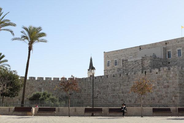 Somit ist dies einer der Hauptstreitpunkte bei den Friedensverhandlungen, da Ostjerusalem, von Israel annektiert, von den Palästinensern als Teil ihres Staates und künftige Hauptstadt beansprucht wird.