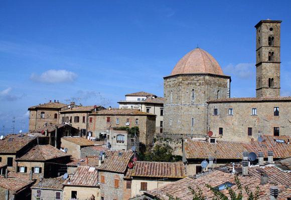 Volterra kann auf eine lange Geschichte zurückblicken; bereits im 4. Jahrhundert v. Chr. entstand der Ort aus der Verbindung mehrerer kleiner etruskischer Ansiedlungen