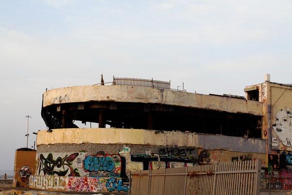 Leider auch hier Relikte des Terrors - am 6.1.2001 wurde diese Diskothek durch einen Bombenanschlag zerstört und als Mahnmal gegen den Terror belassen.