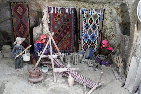 Die Bewohner gehen wie in alter Zeit ihrem Handwerk nach und verkaufen selbsthergestellte Dinge an Touristen.
