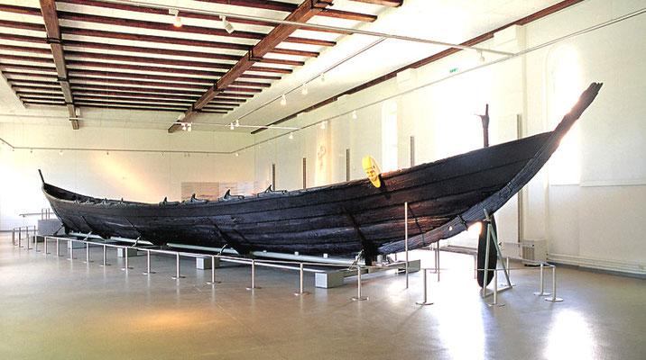Das Nydamboot ist ein Ruderboot, das etwa 320 n. Chr. im Nydam-Moor geopfert und im Jahre 1863 wieder ausgegraben wurde. Es war ein hochseetaugliches Kriegsschiff, das bei 23 m Länge bis zu 45 Mann aufnehmen konnte.