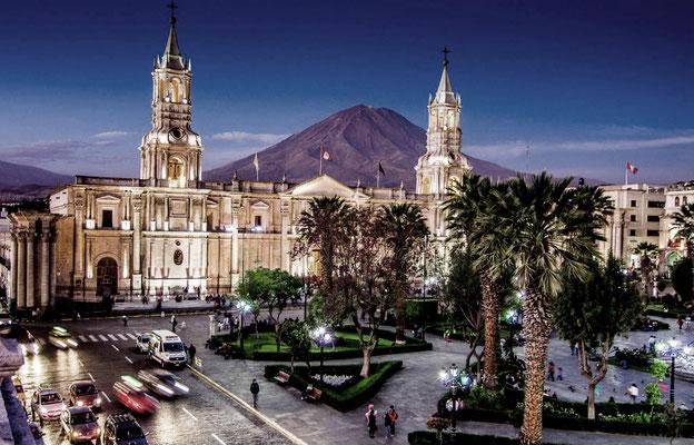 Die Kathedrale von Arequipa gilt als einzigartig in Peru, da sie die gesamte Seite der Plaza de Armas einnimmt. Mit ihrem Bau wurde 1629 begonnen, ihre heutige endgültige Form erhielt sie aber durch den 1844 abgeschlossenen Wiederaufbau nach einem Brand.
