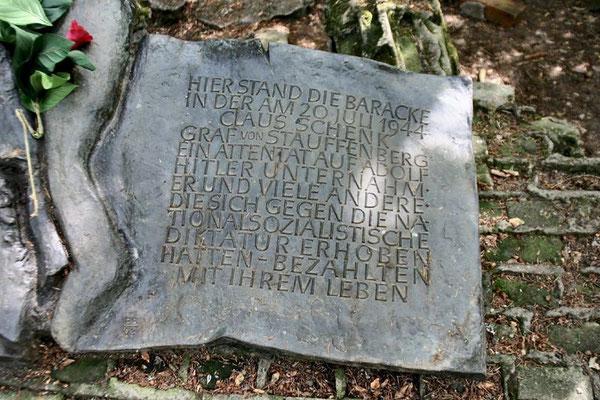 Auf der Wolfsschanze verübte während einer Lagebesprechung Claus Schenk Graf von Stauffenberg das Attentat vom 20. Juli 1944 auf Hitler. Seit dem 20. Juni 1992 erinnert daran eine Gedenktafel in Form eines aufgeschlagenen Buches mit geborstenem Rücken.