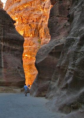 Lichtspiel in den Schluchten und Wadis, Eingang in die Stadt durch den Felsklamm des Siq