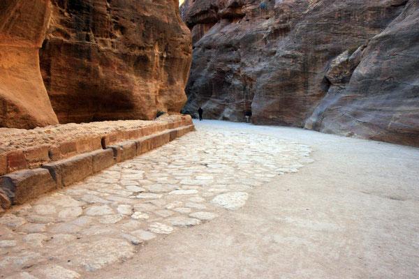 Originalreste der nabatäischen Straßenpflasterung aus dem 1. Jhdt., vor der Zeit wahrscheinlich ein Flußbett
