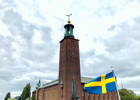 """Das """"Stadshuset"""" ist das Wahrzeichen der schwedischen Hauptstadt. Von hier aus gehen die Fährverbindungen nach Schloss Drottningholm."""