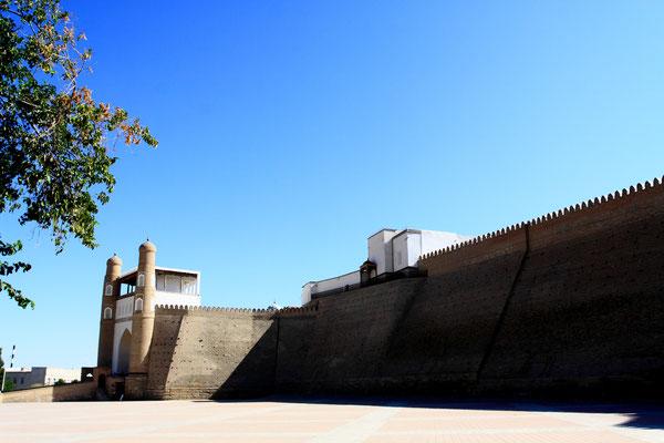 Buchara - einst ein mächtiges Handelszentrum an der Großen Seidenstraße. Auf den Basaren und in den Karawansereien trafen sich Menschen aus aller Welt. Die Vergangenheit, wie hier in der alten Zitadelle, scheint zum Greifen nah.