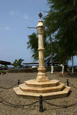 Der pelourinho (Pranger) auf dem Dorfplatz erinnert an die Zeit des Sklavenhandels seit 1466