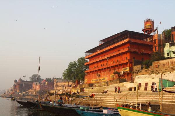 Varanasi gilt als das Tor zur Ewigkeit für alle gläubigen Hindus. Denn Gott Shiva wusch sich hier einst rein von seiner Schuld, die er mit einem Mord an zwei Brahmanen auf sich geladen hatte