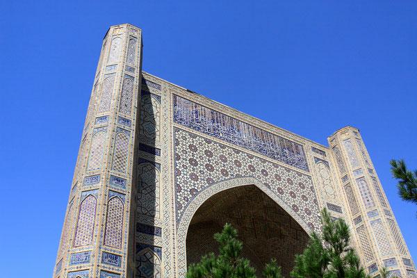Die Gläubigen sollten in ihr, von dieser überwältigenden Schönheit umgeben, sich ausschließlich dem Gebet hingeben. Timur widmete die Moschee seiner betörend schönen Hauptfrau Saray Chanum, einer direkten Nachfahrin Dschingis Khans.