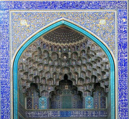 Phantastische Fliesenreliefs schmücken die gesamte Moscheeanlage, wie hier am 27 m hohen Eingangsiwan.