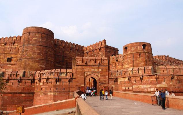 Das Rote Fort in Agra: An einer Biegung des Yamuna, 2 km nordwestlich des Taj Mahal, ragen die hohen Festungswälle aus rotem Sandstein empor. Mogulkaiser Akbar ließ diese majestätische Anlage zwischen 1565 und 1573 in Form eines Halbmondes erbauen.