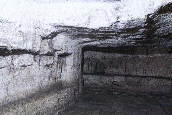 Die Höhlen oder Grotten im Kellergewölbe, als Gefängnisse genutzt. Die griechischen Mönche deuten diese Höhlen als das Gefängnis von Jesus und das Gefängnis von Barabbas, dem Verbrecher, mit dem Jesus zusammen einsaß.
