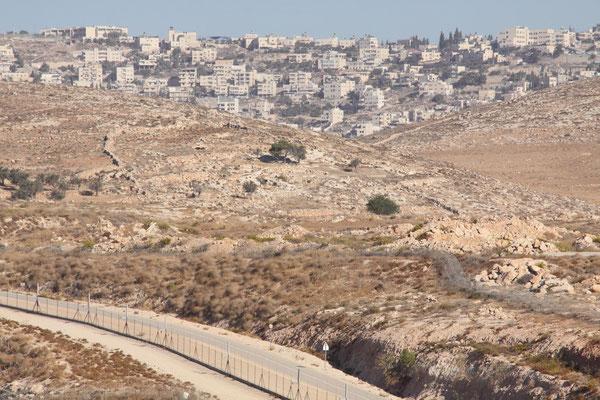 Hauptstreitpunkt in den Friedensverhandlungen mit Israel ist Ostjerusalem, das von Israel annektiert wurde, von den Palästinensern aber als Teil ihres Staates und künftige Hauptstadt beansprucht wird.