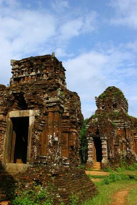 My Son: 32 km südlich Da Nangs gelegen ragen aus dem dichten Grün des Dschungels die rostroten Tempeltürme empor.