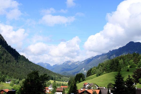 Schönes Bergpanorama in Ettal/Oberbayern: Ettal liegt rund zehn Kilometer nördlich von Garmisch-Partenkirchen in der Region Oberland auf dem Ettaler Sattel nahe dem fünf Kilometer entfernt gelegenen Oberammergau