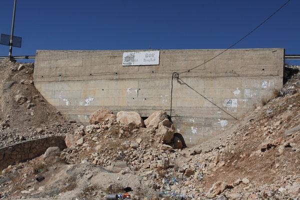 Auch dieser den Weg verkürzenden Durchgang wurde seitens Israels verschlossen, auf der einen Seite reine Schikane, auf der anderen Seiten die Angst vor Kontrollverlust.