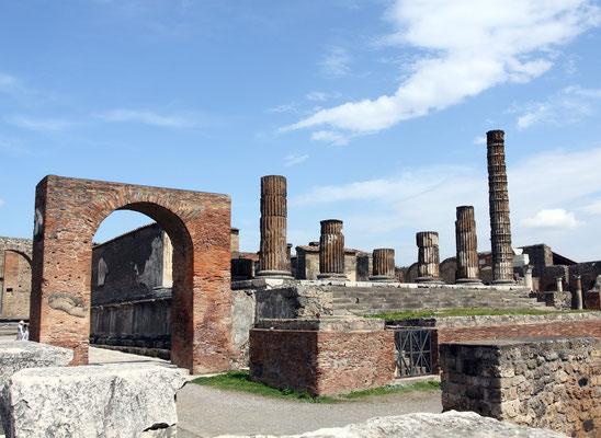 Das Ende des Forums als Mittelpunkt der Anlage führt direkt zur Via dell Abbondanza