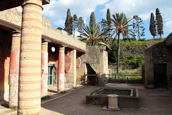 Zu den besonders sehenswerten Gebäuden gehört das Haus der Hirsche, eine aufwendige Villa mit schönem Blick