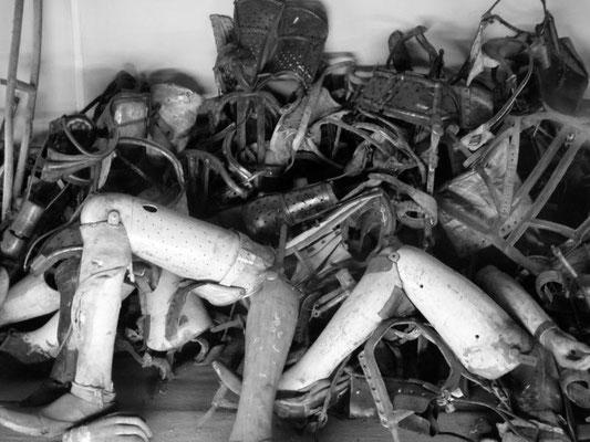 makabere Sammlung von Beinprothesen