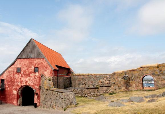 Auf einem Felsen gelegen an der Westküste am Kattegat ist sie heute kulturhistorisches Museum und Jugendherberge.