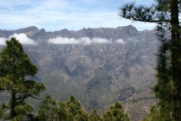 Der Krater ist ca. 1.500 m tief, hat einen Umfang von ca. 28 km und einen Durchmesser von ca. 9 km.