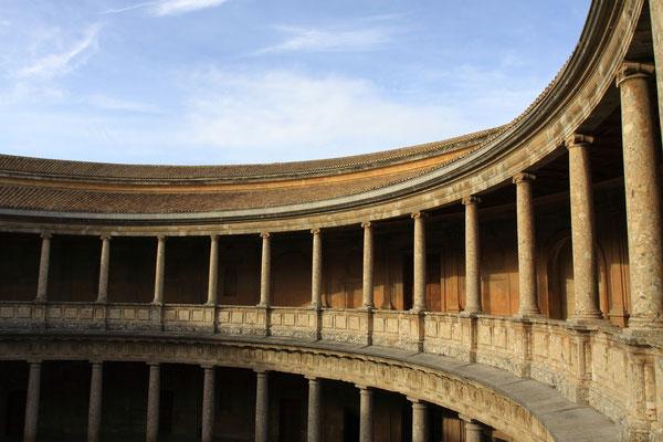 Für den Palast Karls V. wurden Teile der Nasridenpaläste abgerissen. Das zweigeschossige, um einen runden Innenhof errichtete Gebäude, das Karl V. im Jahre 1527 in Auftrag gab, wurde nie richtig fertiggestellt.