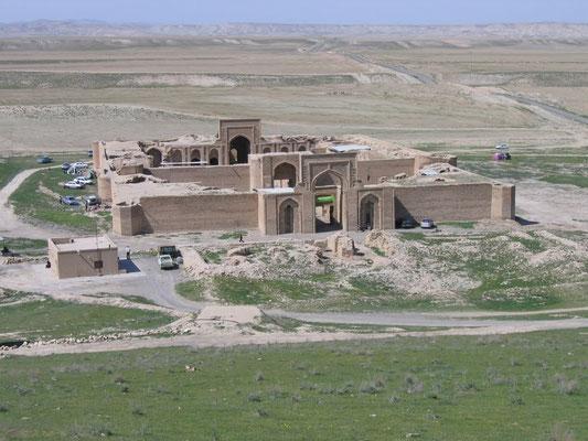 Entlang der alten Seidenstraße mitten im Wüstengebiet Dasht-e-Kavir liegt die Karawanserei Robat-e-Sharaf aus dem Jahr 1114 mit Übernachtungsmöglichkeiten für Händler und Karawanenführer