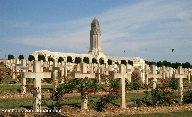 Das Beinhaus von Douaumont mit den sterblichen Überresten von 130.000 nicht identifizierten Soldaten und nationalem Soldatenfriedhof mit den Überresten von 15.000 z. T. nicht identifizierten französischen Gefallenen