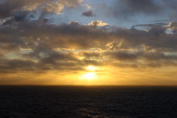 Naturschauspiel der Mitternachtssonne. Aufgrund der geographischen Lage und der Neigung der Sonne gibt es weder einen Sonnenaufgang noch einen Sonnenuntergang
