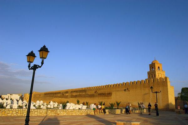 Die große Moschee in Kairouan um das Jahr 700 zählt neben anderen Sakralbauten der Stadt seit 1988 zum UNESCO-Weltkulturerbe.