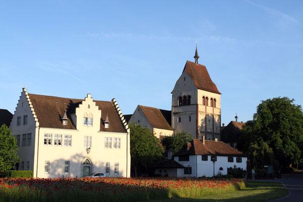Insel Reichenau ist aber auch UNESCO-Weltkulturerbe. In Form eines erhaltenen Ensembles dreier mittelalterlicher Kirchen - Meisterwerke menschlicher Schaffenskraft. Hier das Münster St. Maria und Markus.