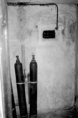 In den Gaskammern von Majdanek wurde vor allem Kohlenstoffmonoxid aus Stahlflaschen zur Tötung von Menschen eingesetzt.