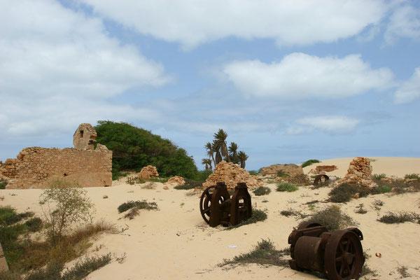 Die Nebengebäude sind schon fast wieder vom Sand verschluckt worden