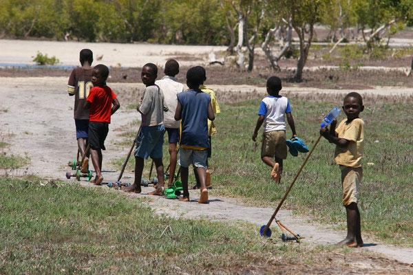 Spielende Kinder an den Mangroven