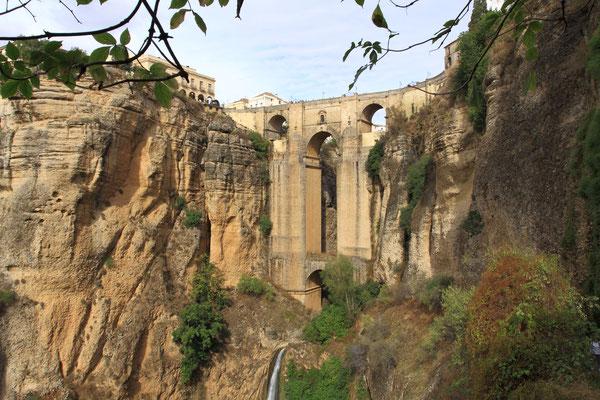 Ronda-durch ihre geografische Lage abgelegen, Stadt der Stierkämpfer liegt im nordwestlichsten Teil der Provinz Malaga Sie befindet sich über einer 120 Meter tiefen Schlucht. Die Puente Nuova aus dem 18. Jhdt. trennt Neu- und Altstadt.