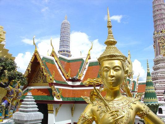 Der Wat Phra Kaeo ist der Tempel des Königs im alten Königspalast. Er liegt im nordöstlichen Teil der Palastanlage  und besteht aus einem Gebäudekomplex der mit  Blattgold,  farbigen Ziegeln und Intarsien verziert ist
